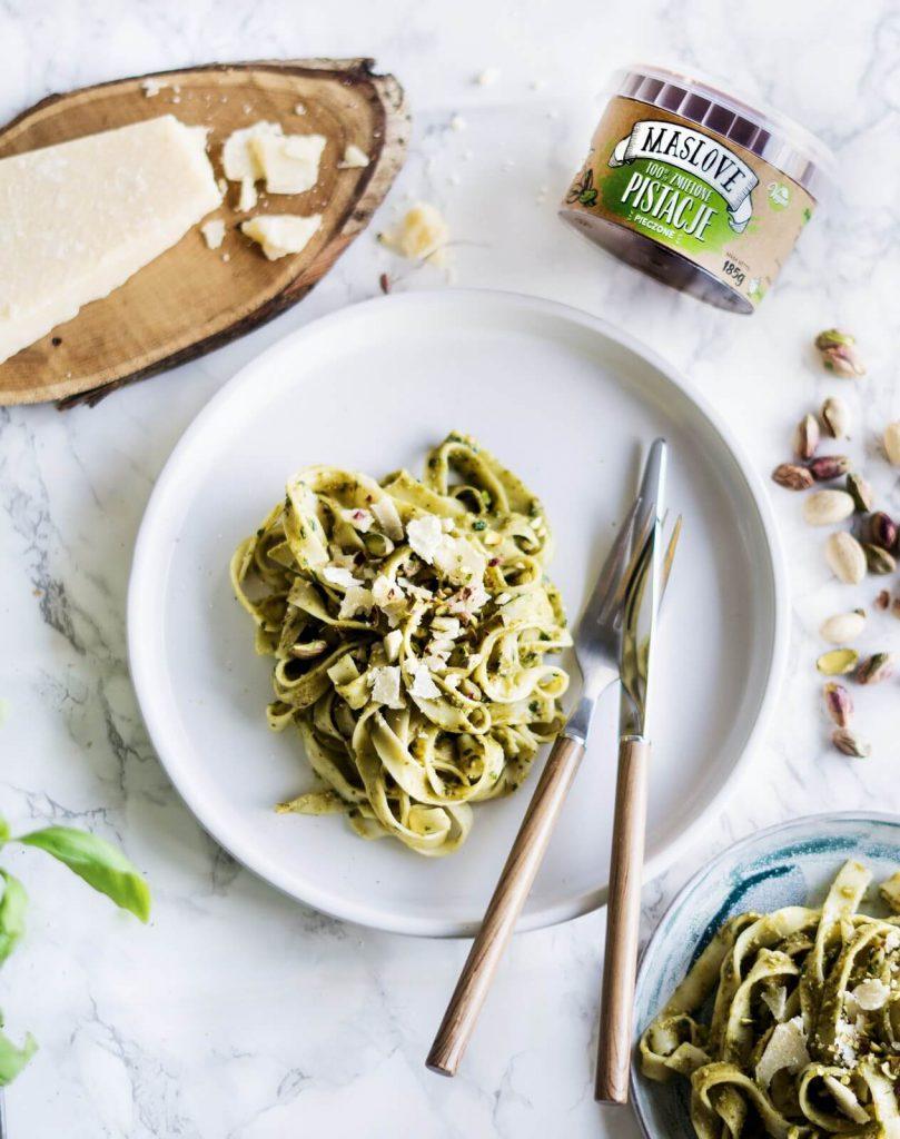 Tagliatelle crudo z bazyliowym pesto i pistacjowym masłem orzechowym