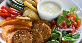 Wegański obiad – warzywa w przyprawach korzennych z sosem z masła orzechowego