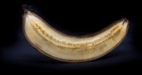 Pieczony banan z masłem orzechowym
