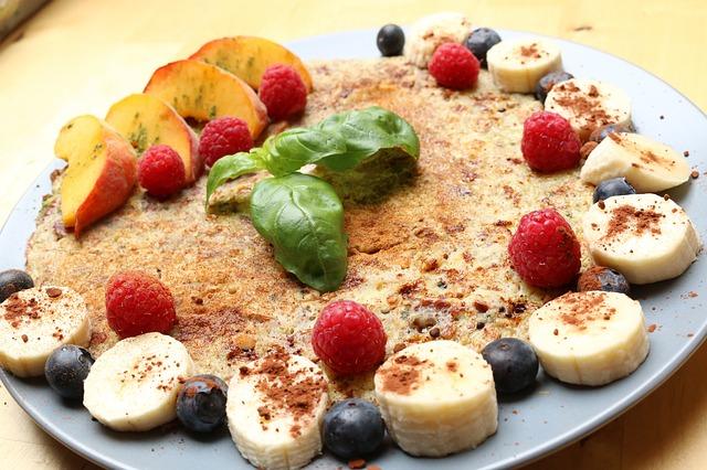 omlet z maslem orzechowym i bananem
